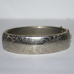 Beautiful vintage gold bangle bracelet